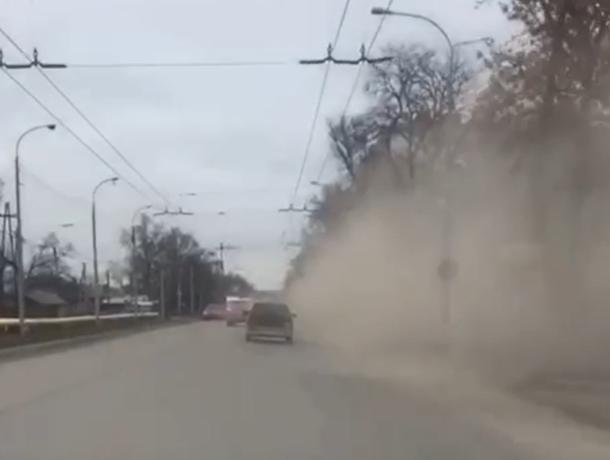 В Таганроге от уборки дорог становится только грязнее
