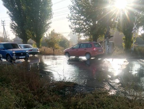 Неделю питьевая вода бьёт фонтаном на Поляковском шоссе в Таганроге