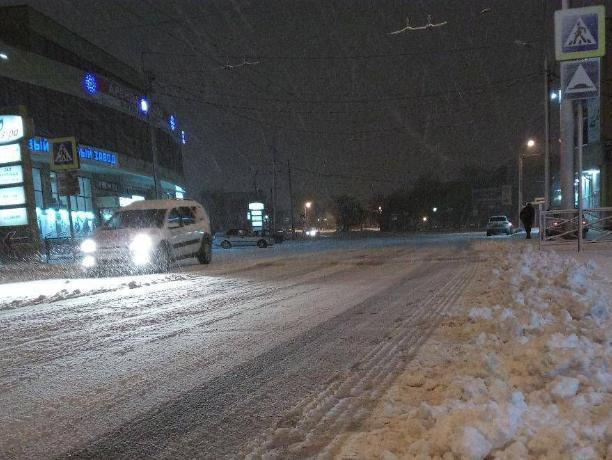 В Таганроге свершилось новогоднее чудо - техника выехала убирать снег