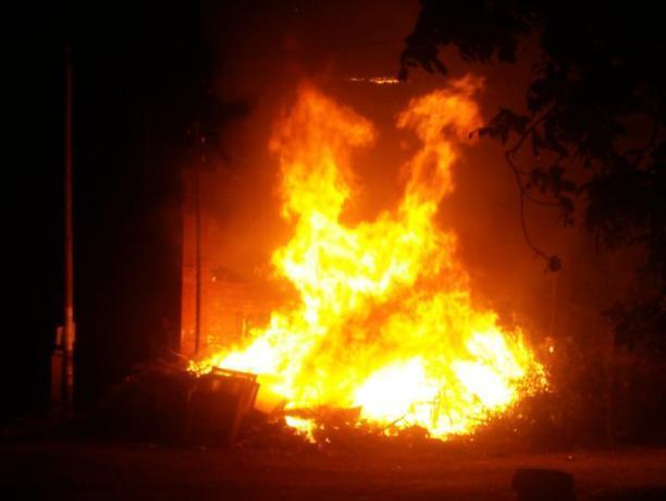 Страшный пожар возле трансформаторной будки пережили таганрожцы