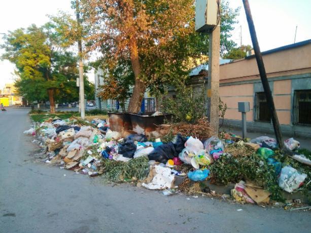 Таганрожцы устали терпеть кучи мусора от торгашей и обратились к властям