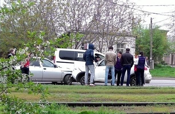 В Таганроге на улице Дзержинского «Ниссан» врезался в «десятку»