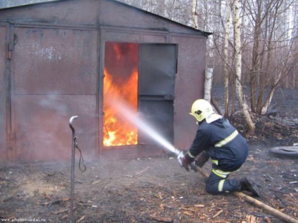 В Таганроге два человека погибли в объятом пламенем гараже