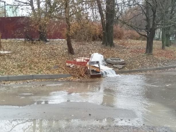 Коммунальный фонтанчик в Таганроге не поддается работникам «Водоканала»