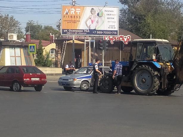 В Таганроге трактор въехал в полицейскую машину