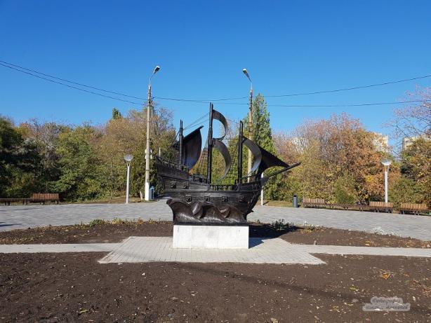 Обновленный кораблик украсил центральную аллею Приморского парка