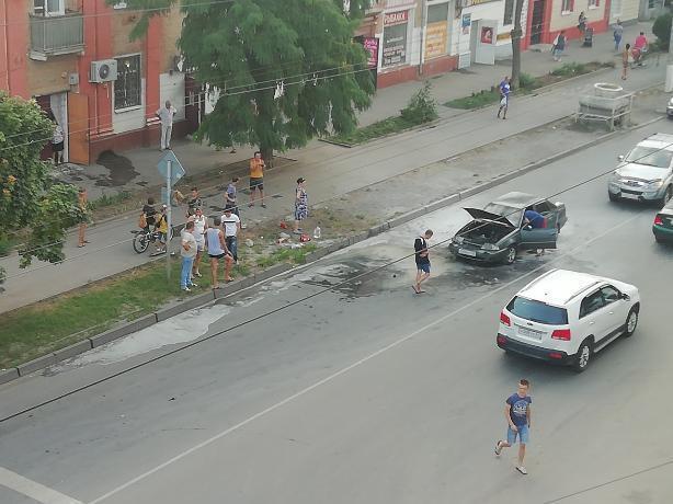 Десяток автолюбителей помогали таганрожцу тушить внезапно загоревшееся авто