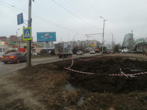 В Таганроге взрослые и дети вынуждены ходить по проезжей части из-за многолетней ямы