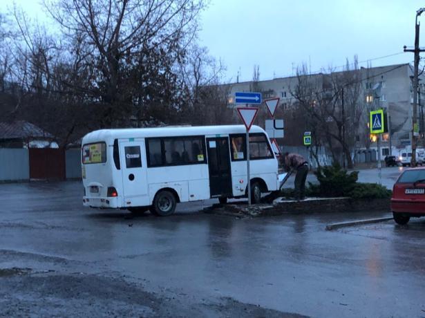 В Таганроге маршрутки устроили дрифт на обледеневшей дороге