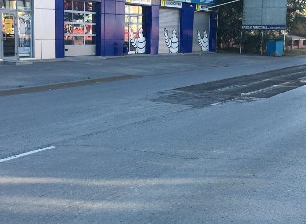 В Таганроге «сгрызли» асфальт вместе со свеженанесенной дорожной разметкой