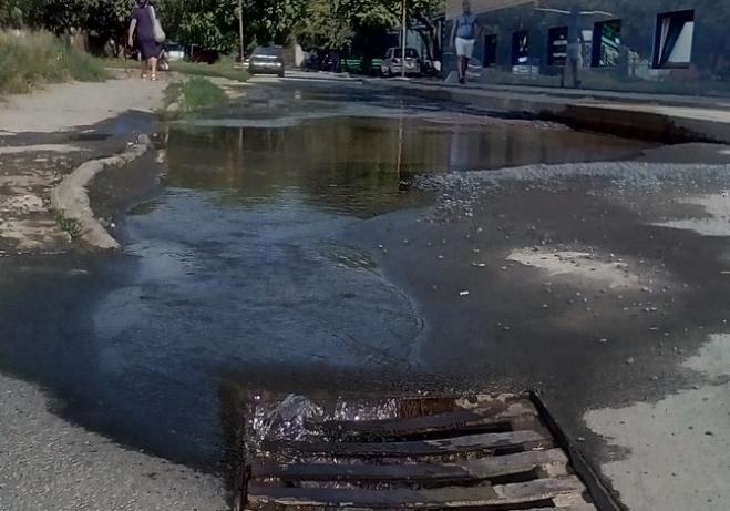 Вторую неделю питьевая вода стекает по улицам Таганрога в ливневки