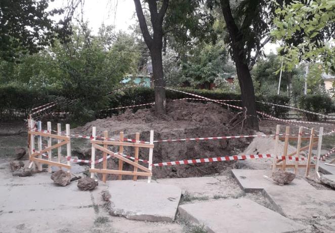 Пожилая таганроженка упала в разрытую Водоканалом яму