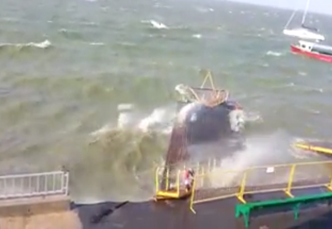 Шторм в Таганрогском заливе попал на видео