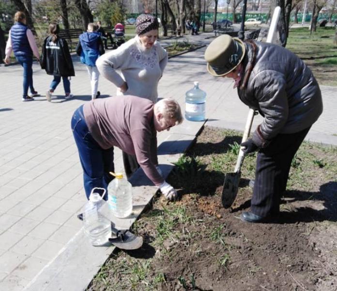 Таганрожцы своими силами начали облагораживать сквер у памятника Чехову