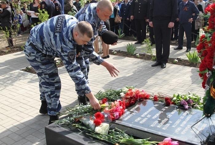 В Таганроге открыли обновленный памятник погибшим в 1941 году милиционерам