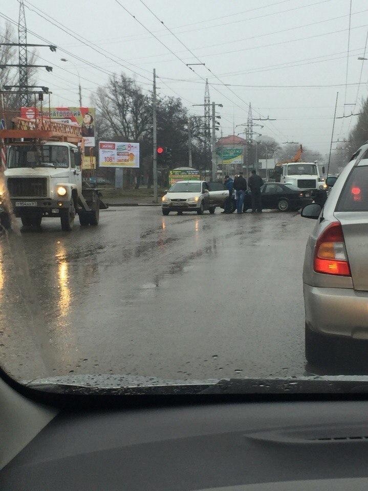 В Таганроге столкнулись две иномарки