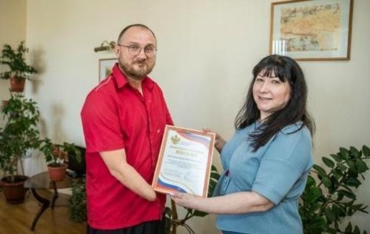 Таганрожца Сергея Бурлакова наградили за достойный пример ответственного отцовства