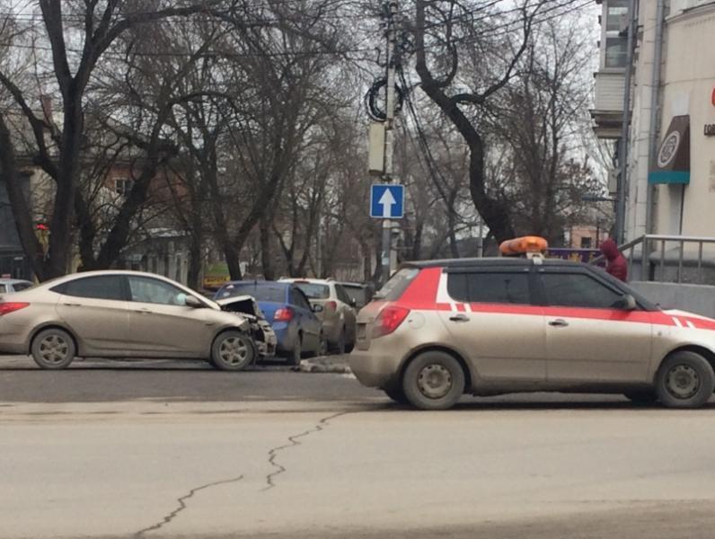 В центре города таганроженка попала в ДТП из-за опасного маневра таксиста