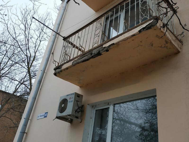 Таганроженка предупреждает – с балкона по улице Чехова сыпятся куски