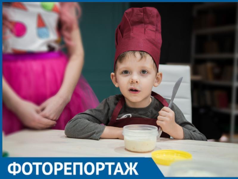 Таганрогские дети научились готовить сладкие роллы