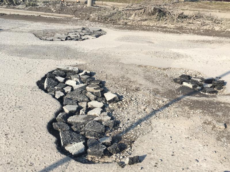 Пазл из кусков асфальта собирают в дорожных ямах Таганрога