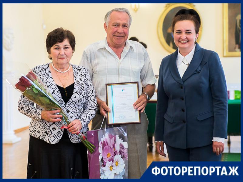 В Таганроге 12 пар-юбиляров удостоились награды в рамках Международного дня семьи
