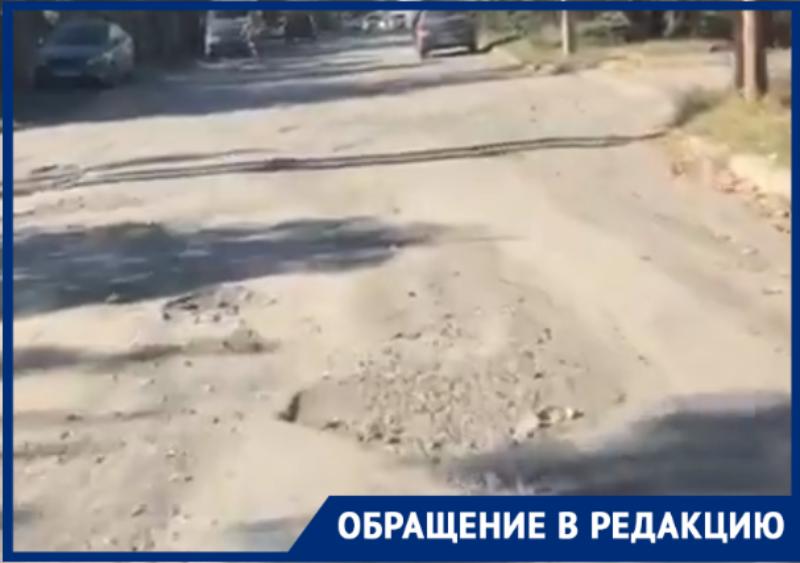По дороге «как после бомбежки» едут мамы в поликлинику №1 в Таганроге