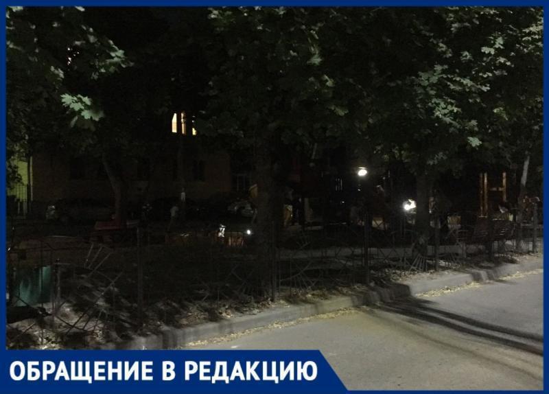В полутьме гуляют таганрожцы на детской площадке по переулку Украинскому