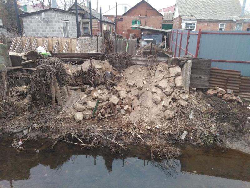 Беспечные таганрожцы бросают строительный мусор прямо в реку