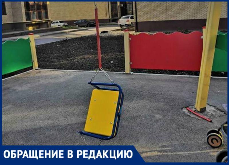 После публикации «Блокнот Таганрог» застройщик ЖК «Авиатор» повесил «одноразовые» качели