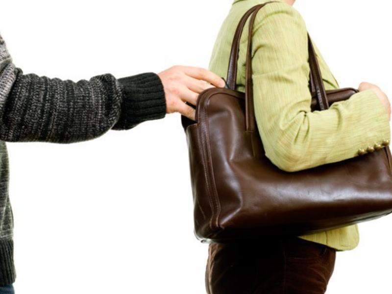 20-летний злоумышленник вытащил дорогой телефон из сумки таганроженки