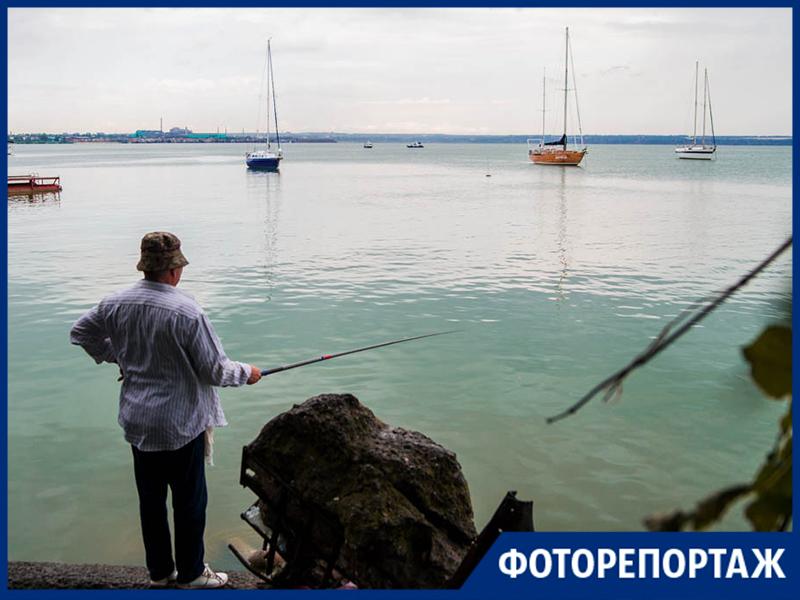 Стойкие рыбаки Таганрога мокнут под дождем, в ожидании улова