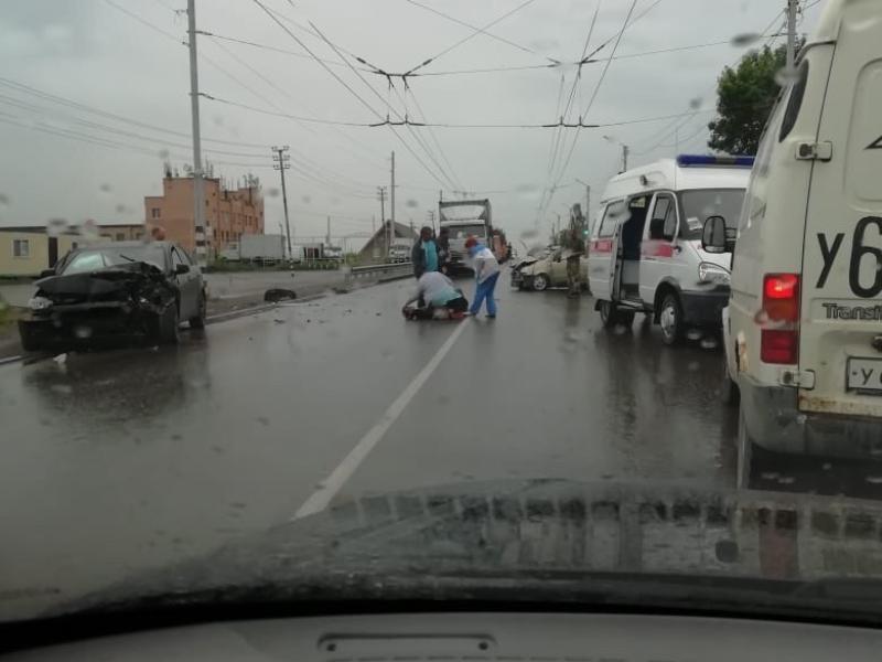 В Таганроге после ДТП двух иномарок мужчина вылетел на дорогу
