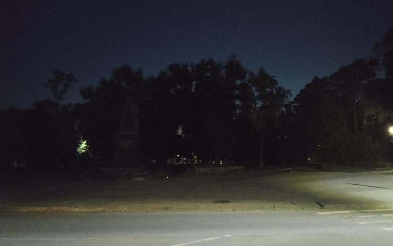 Памятник Чехову в Таганроге растворился в ночной мгле