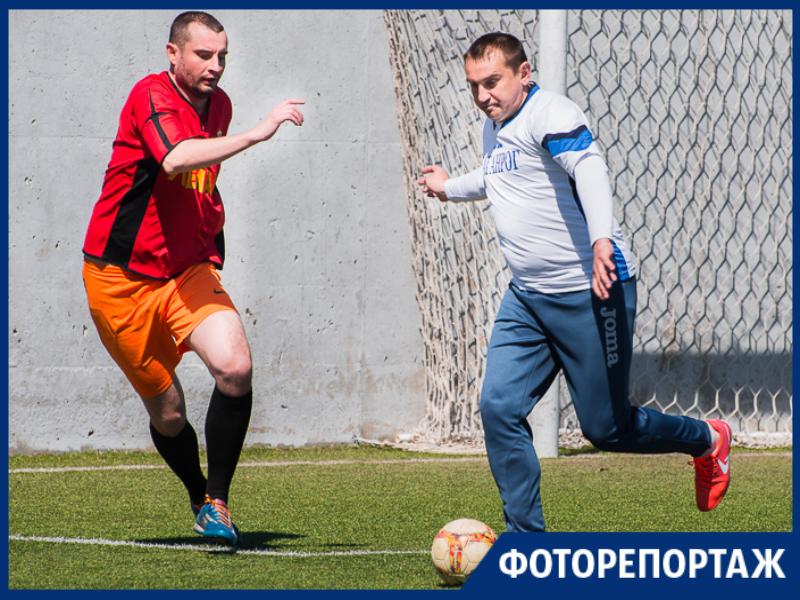 В жаркой схватке сразились таганрогские футболисты