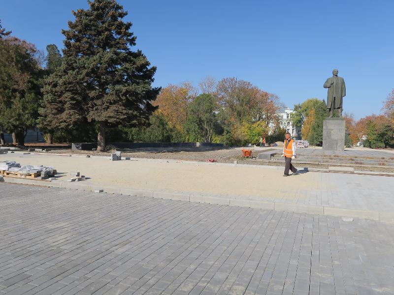 «Это не спортивный стадион», - депутат гордумы Таганрога Овсиенко защищает плиточное покрытие Октябрьской площади