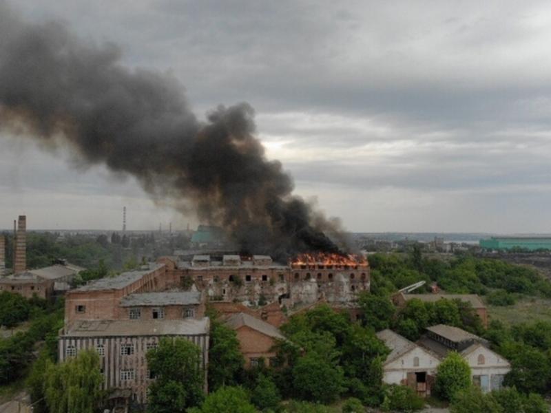 Спустя три часа справились с пожаром на Кожевенном заводе Таганрога