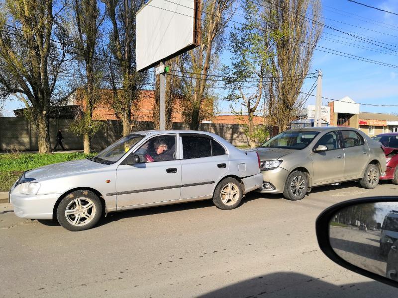 В Таганроге автомобили «поцеловались паровозиком»