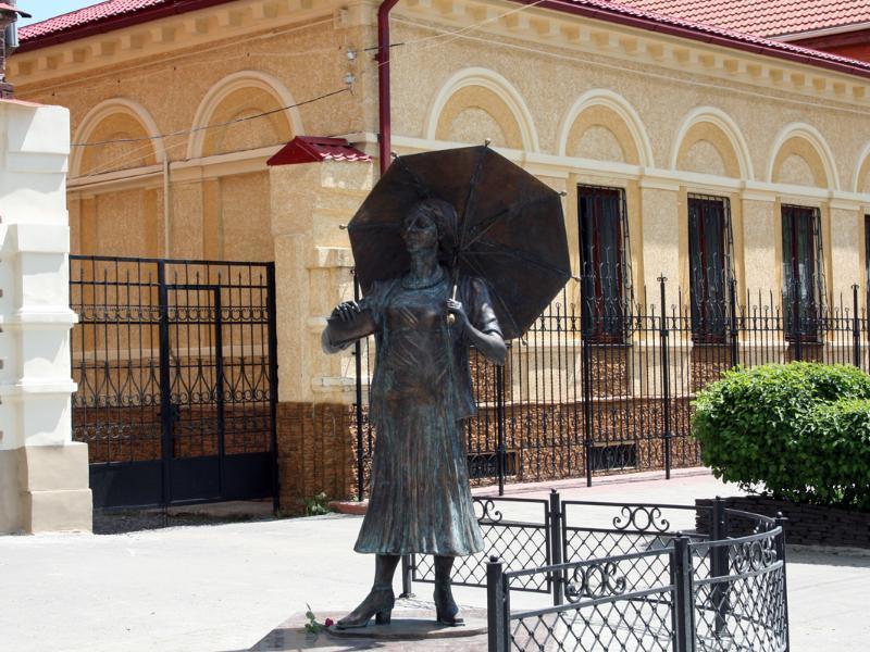 Календарь: 11 лет назад в Таганроге открыли памятник Фаине Раневской