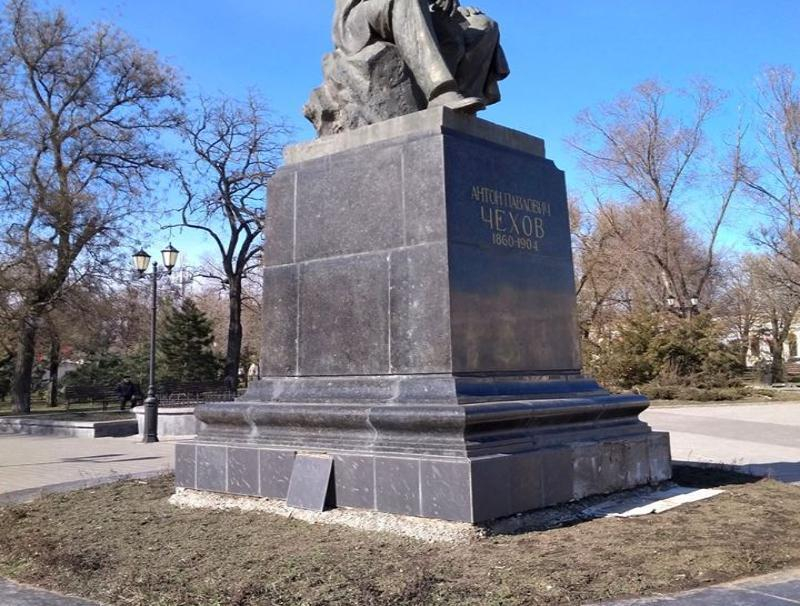«Город утопает в розах, а для земляка не могут похлопотать», - таганроженка о памятнике Чехова