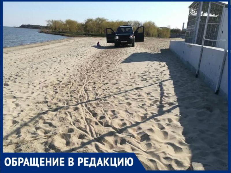 В Таганроге хозяин внедорожника ездит по пляжу, как по дороге