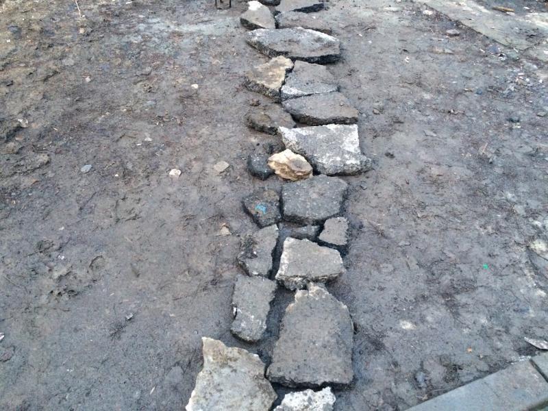 Таганрожцы собирают как пазл тротуар из камней