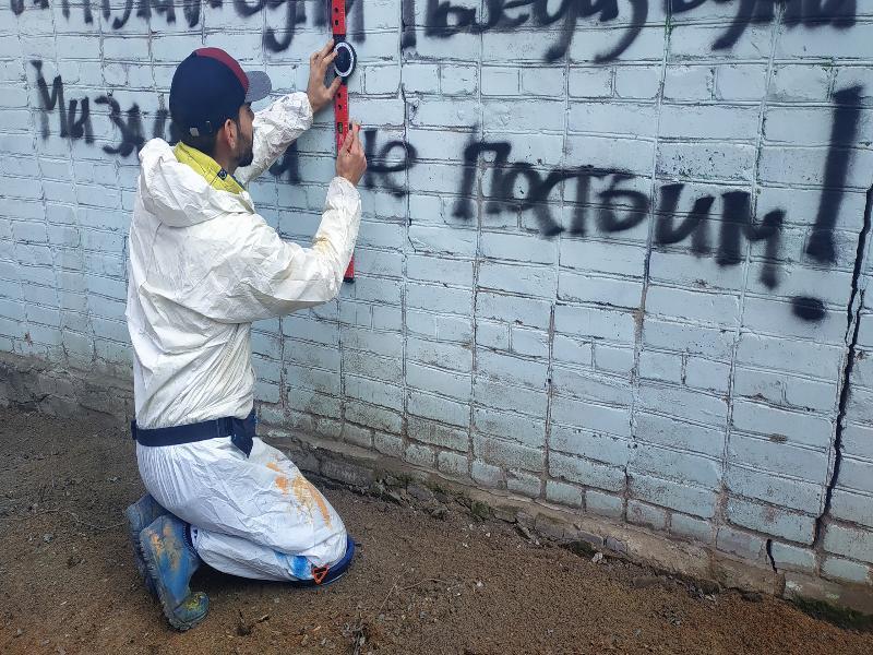 Таганрогский художник Антон Тимченко рисует портрет Федора Добронравова