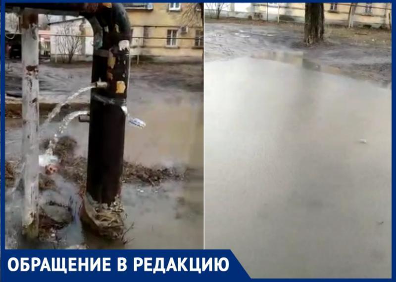 Из-за аварийных работ в квартире Таганрога, кипяток лился прямо на улицу