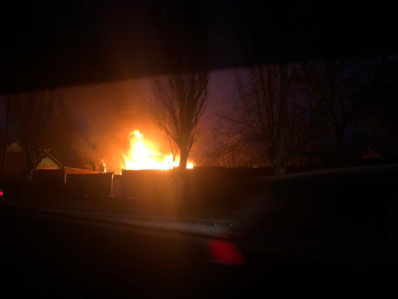 В крупном пожаре в Таганроге спасли человека
