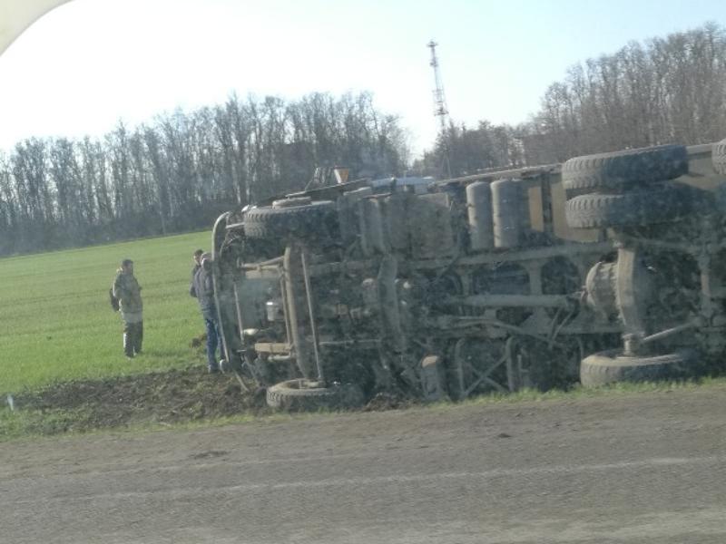 Под Таганрогом перевернулся грузовик при столкновении с легковушкой