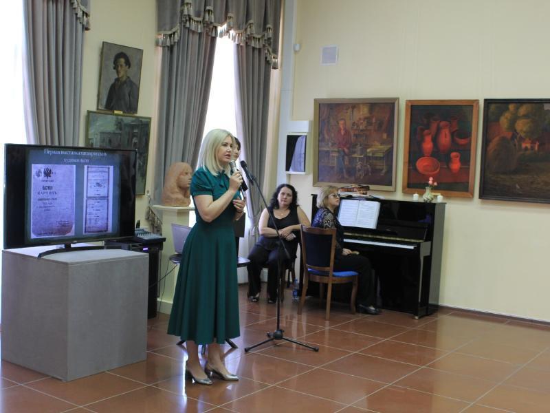 Министр культуры Ростовской области Анна Дмитриева открыла выставку в Таганроге