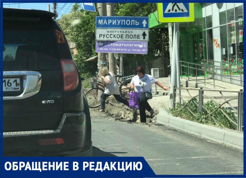 Через окопы приходится ходить жителям по ул.Чехова в Таганроге