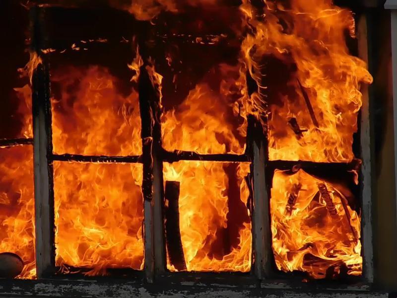 МЧС Таганрога спасли людей из загоревшегося частного дома