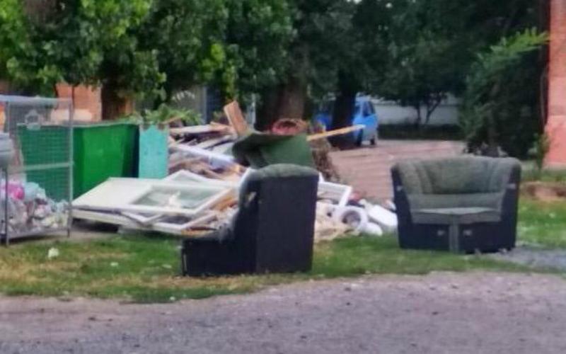 В Таганроге жильцов дома по Шаумяна  соседи завалили строительным мусором